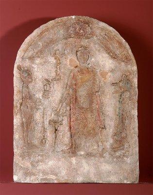Anónimo, Estela funeraria con figura de hombre entre Osiris y Anubis