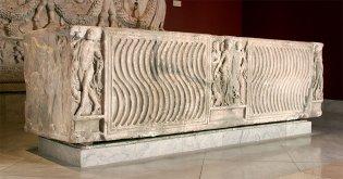 Anónimo, Sarcófago con decoración estrigilada