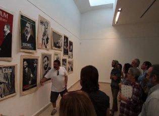 Toirac explicando al público del Museo las obras de su muestra Ars Longa, 2019